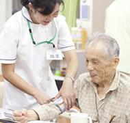 バイタルチェックの様子:体温・血圧・脈拍を記録