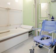 浴室の様子:ひとりずつの入浴・リフト完備