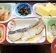 昼食の様子:炊き立てご飯・あつあつのお味噌汁